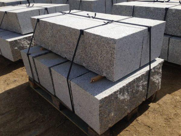 Kamień murowy z granitu surowo-cięty