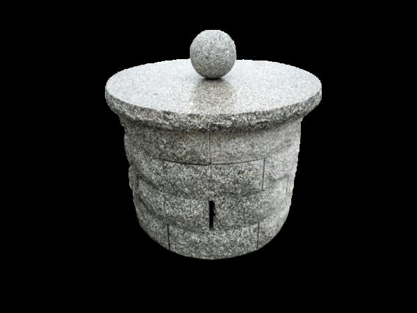 ozdobna studnia z kamienia granitowego