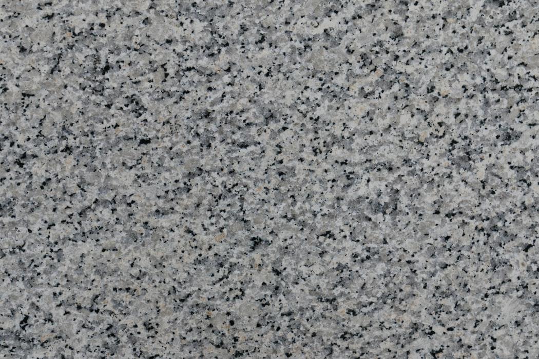 kamień granitowy w ogrodzie